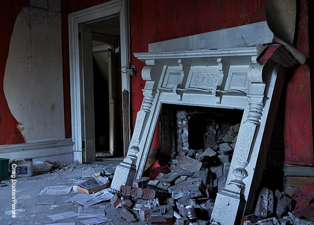 Foto de una chimenea derruida