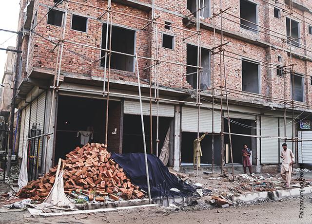 Foto de una fachada con los ladrillos caídos