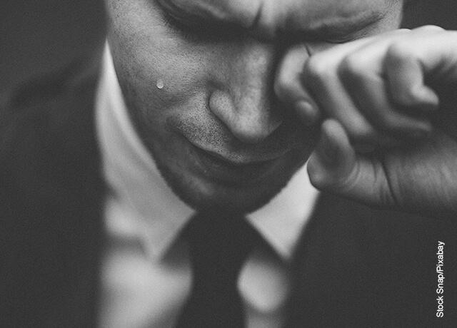 Foto de un hombre llorando que muestra lo que significa soñar con un familiar muerto