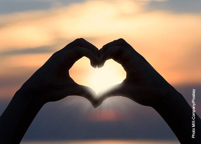 Foto de unas manos formando un corazón