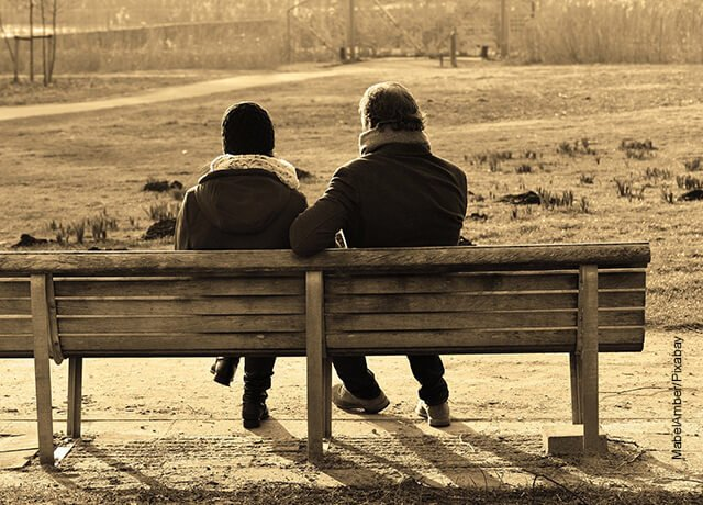 Foto de una pareja sentada en un parque hablando