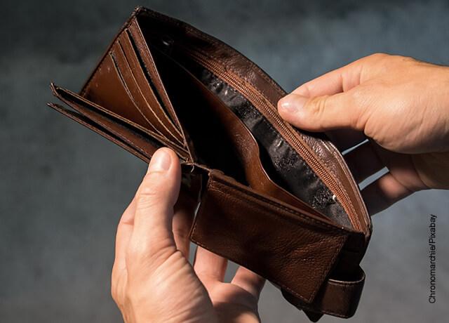 Foto de una billetera abierta que está vacía