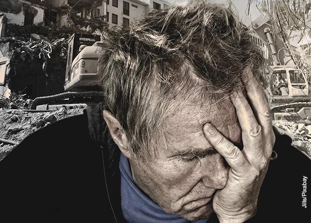Foto de un hombre tomándose preocupado la cara