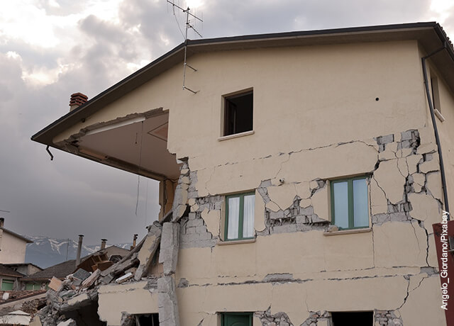 Foto de la fachada de una casa agrietada