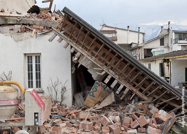 Foto de una casa destruida que demuestra qué significa soñar con un temblor