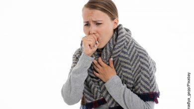 Foto de una mujer tosiendo