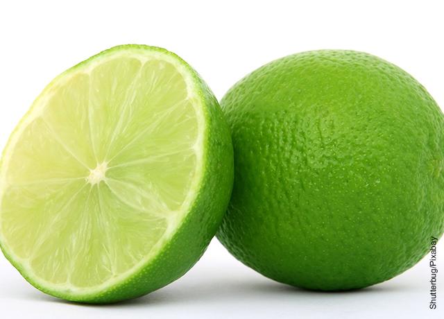 Foto de un limón cortado a la mitad que muestra qué sirve para la tos