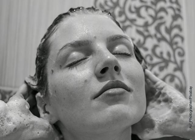 Foto de una mujer lavando su pelo