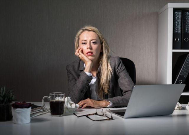 Foto de una mujer aburrida en el trabajo
