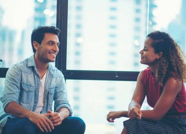 Foto de pareja hablando