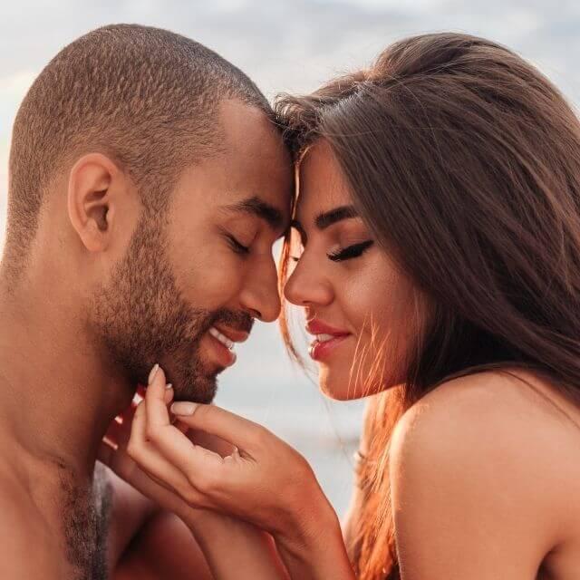 Foto de pareja a punto de besarse