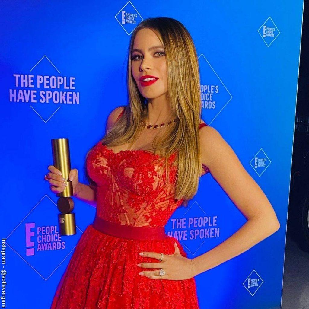 Foto de Sofía Vergara recibiendo su premio como la mejor actriz cómica