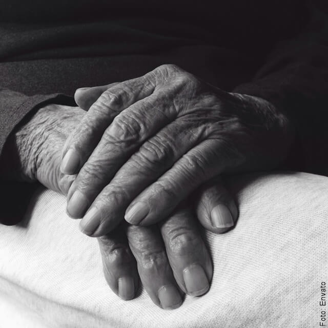 foto de manos de abuela