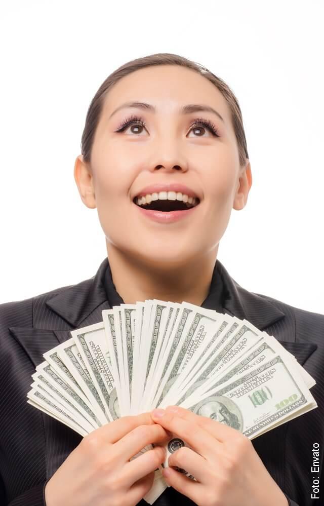 foto de mujer con dólares en las manos