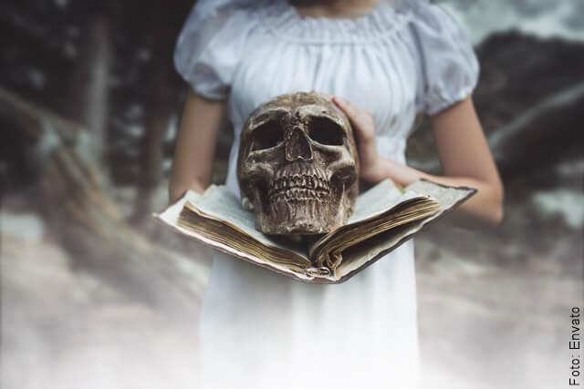 foto de calavera sobre libro