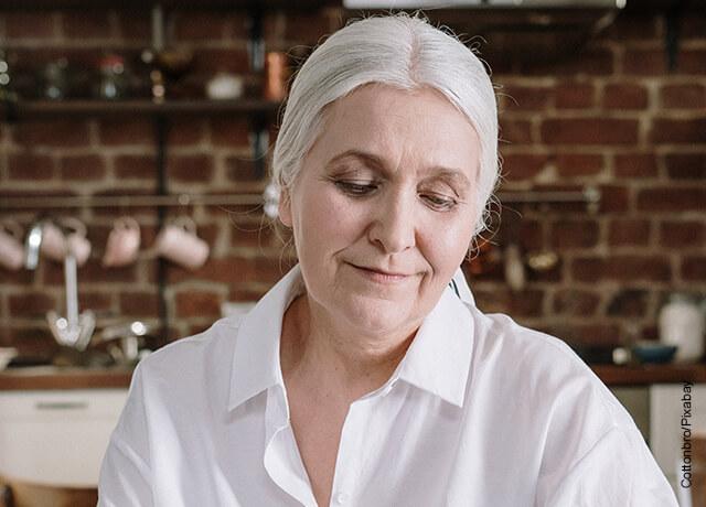 Foto de mujer adulta sonriendo que muestra los tintes de cabello