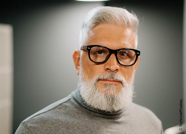 Foto de nombre mayor con gafas