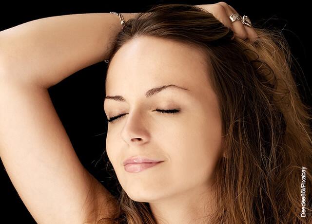 Foto de mujer con el cabello castaño