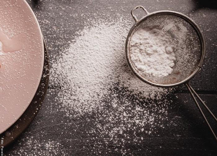 Foto de harina tamizada para ilustrar receta de torta de naranja
