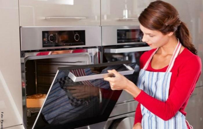 Foto de una mujer abriendo un horno