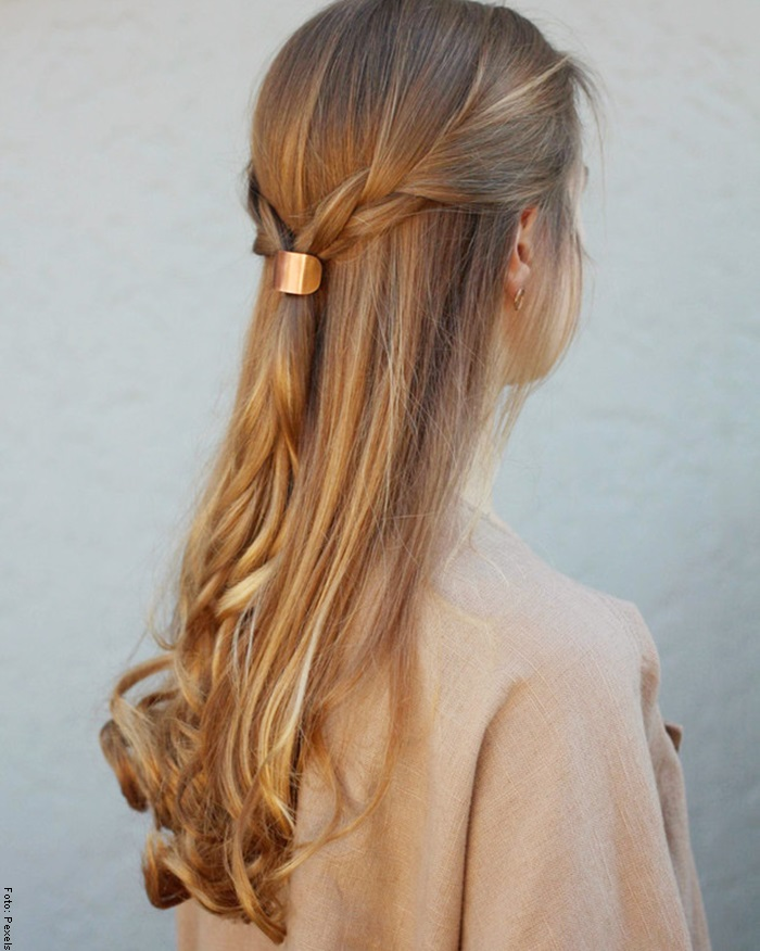 Foto de una mujer con peinado de trenza