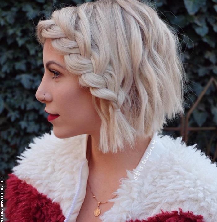 Foto de una mujer con trenzas para cabello corto
