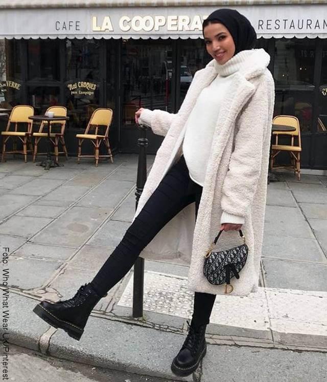 Foto de chica con botas militares