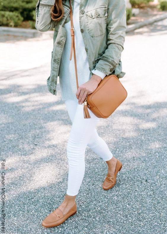 Foto de chica usando mocasines