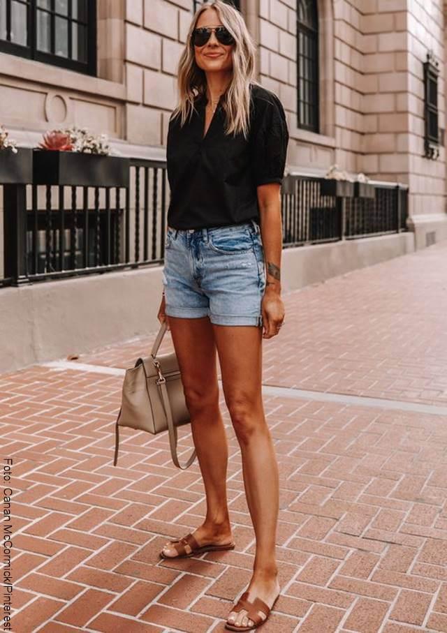 Foto de mujer usando sandalias planas