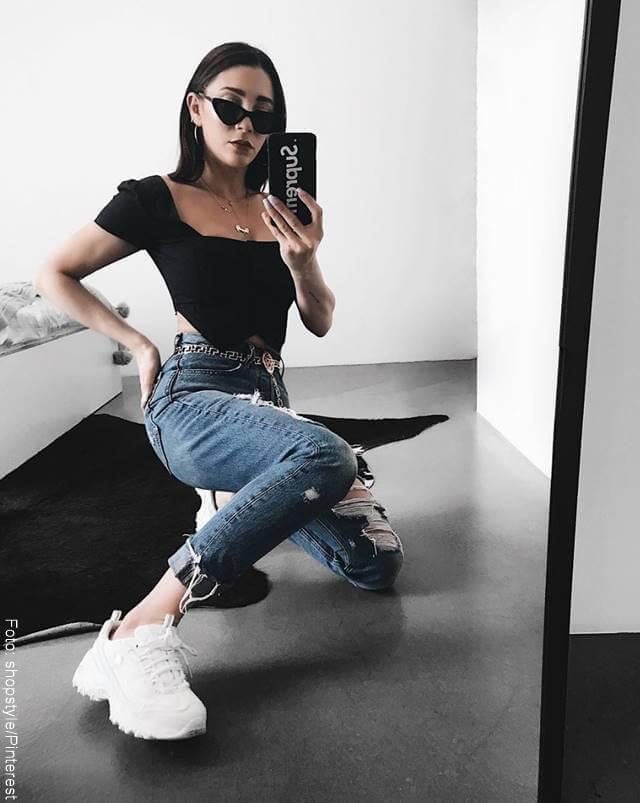 Foto de chica con tenis para ilustrar los zapatos para mujer que todas deberíamos tener