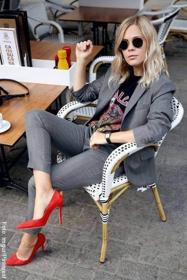 Foto de chica con tacones rojos para ilustrar los zapatos para mujer que todas deberíamos tener