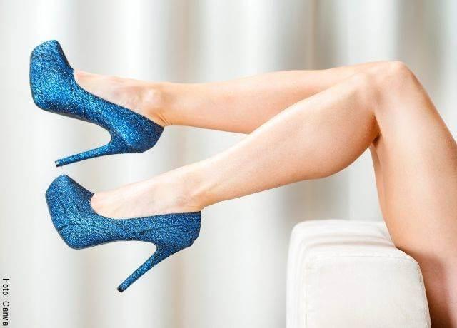 Foto de unas piernas con tacones altos