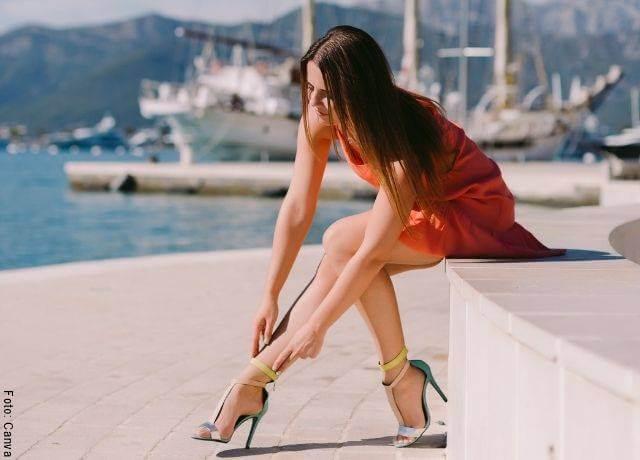 Foto de chica con sandalias altas