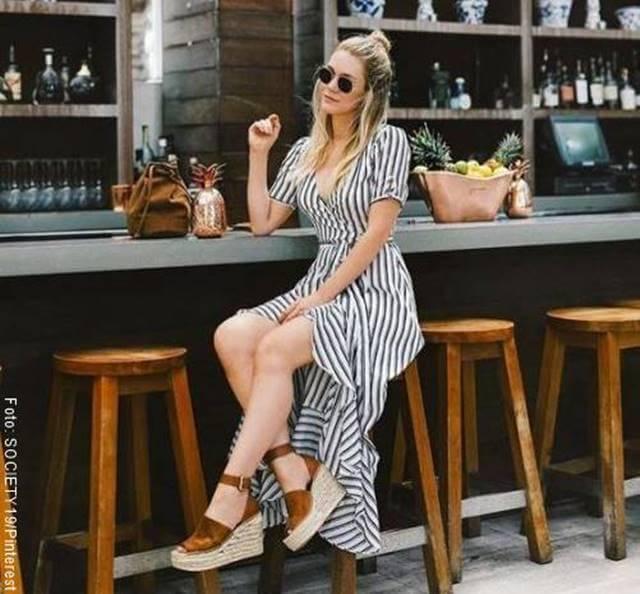 Foto de chica con sandalias de plataforma