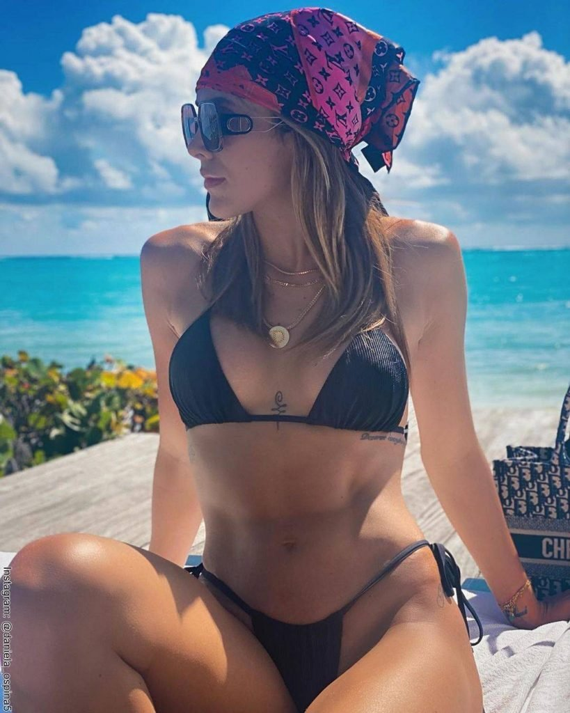 Foto de Daniela Ospina en bikini y en la playa