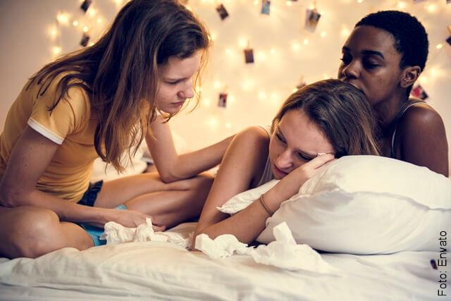 foto de amigas consolando su tristeza