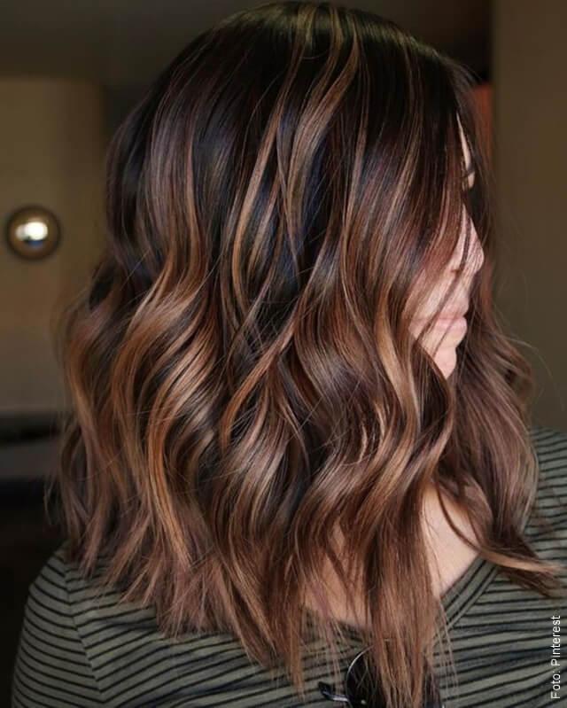 foto de mujer con cabello caramel