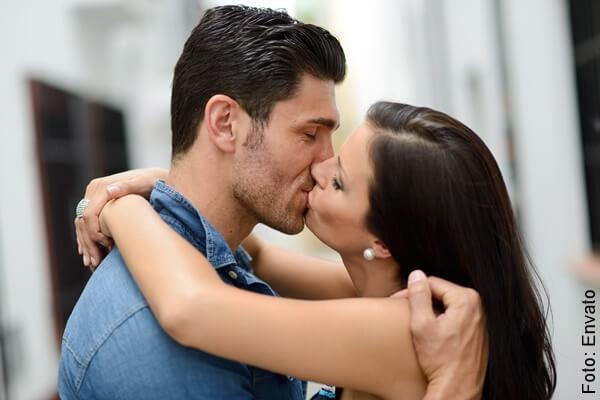foto pareja besándose