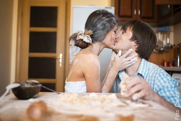 foto pareja besándose en la cocina