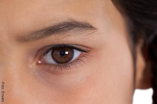 foto de mujer con cejas gruesas