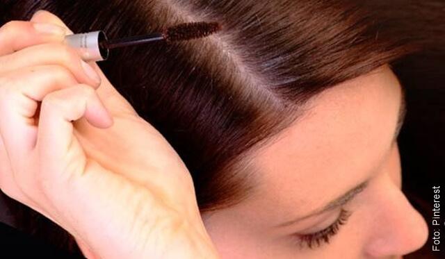 foto que ilustra una mujer peinando el cabello con aplicador de pestañina