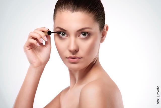 foto de una mujer maquillándose las pestañas