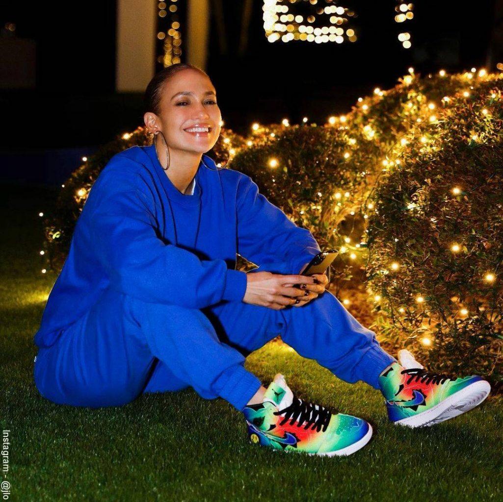 Foto de Jennifer Lopez en sudadera luciendo los tennis de la marca Nike de J Balvin