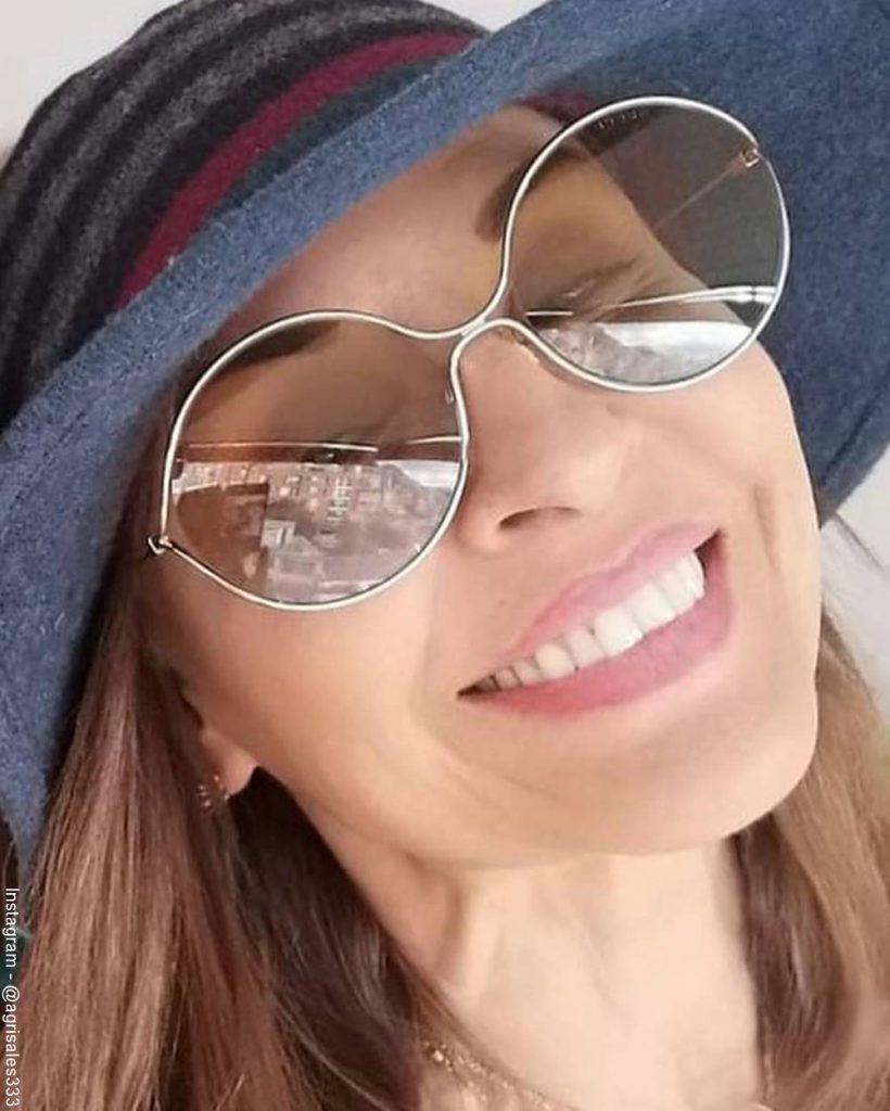Foto de Amparo Grisales tipo selfie mostrando muy de cerca su rostro
