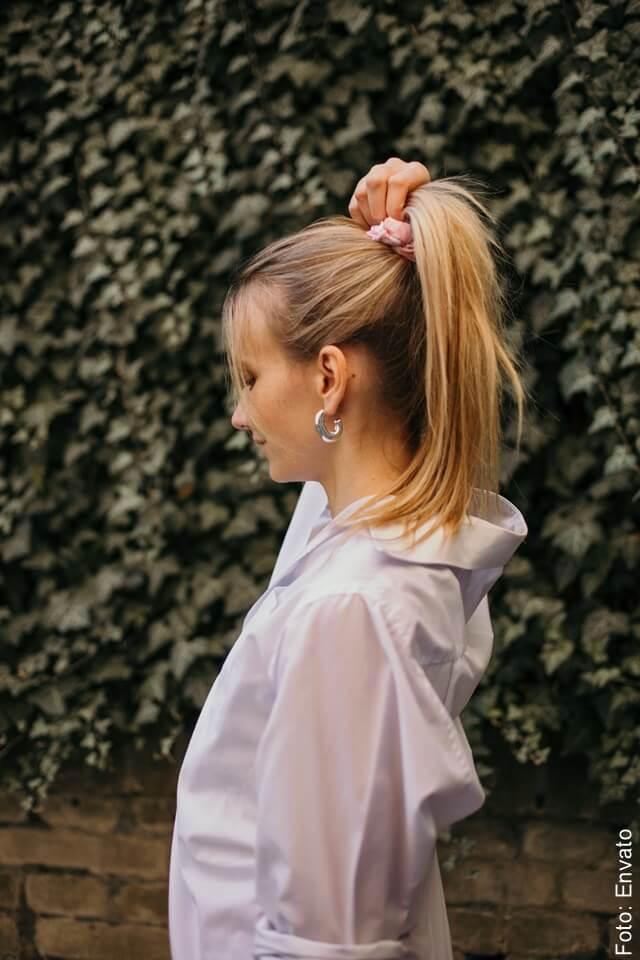foto de mujer con cabello rubio saludable
