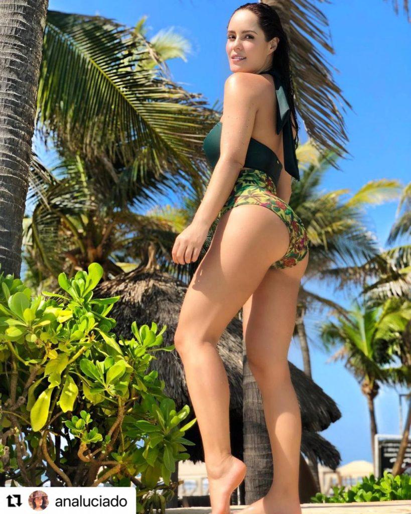 Ana Lucía Domínguez de espaldas presumiendo su figura en bikini