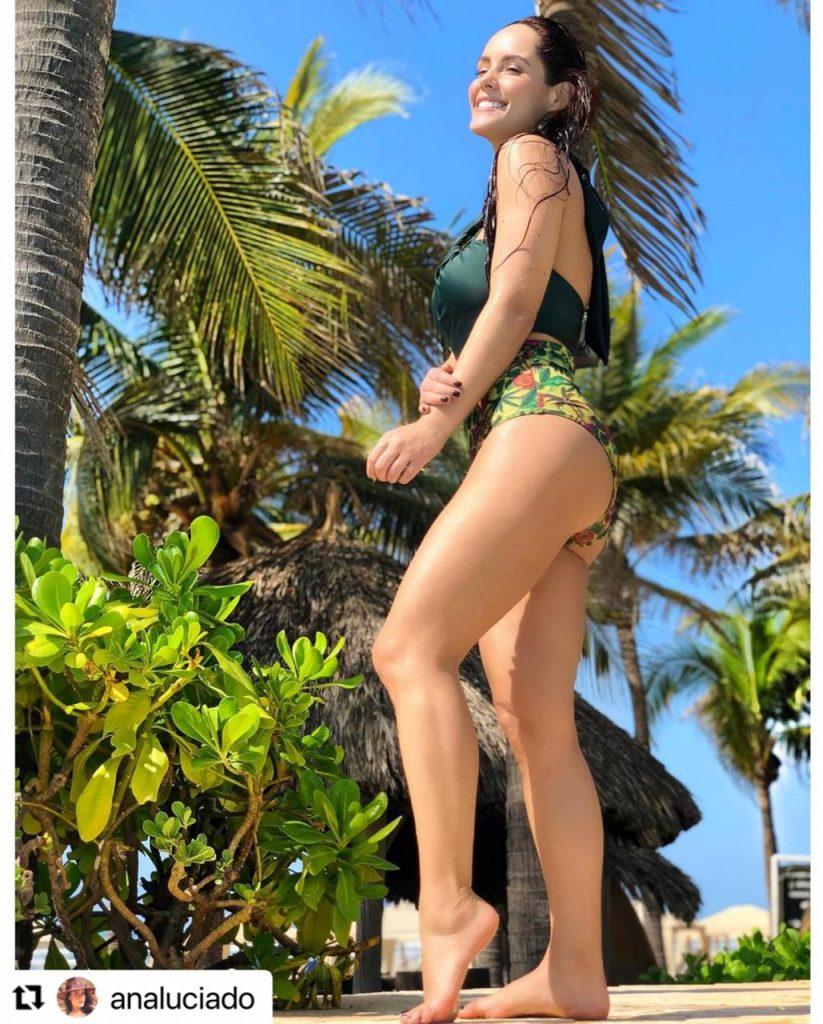 Ana Lucía Domínguez de perfil presumiendo su figura en bikini