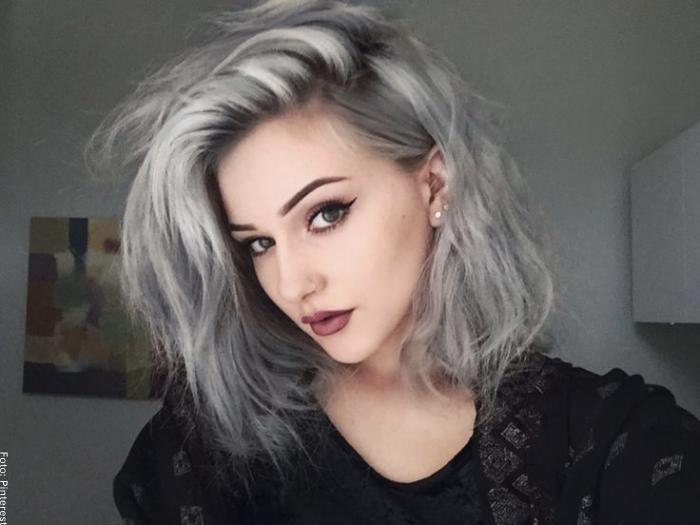 Foto de una mujer con pelo gris corto