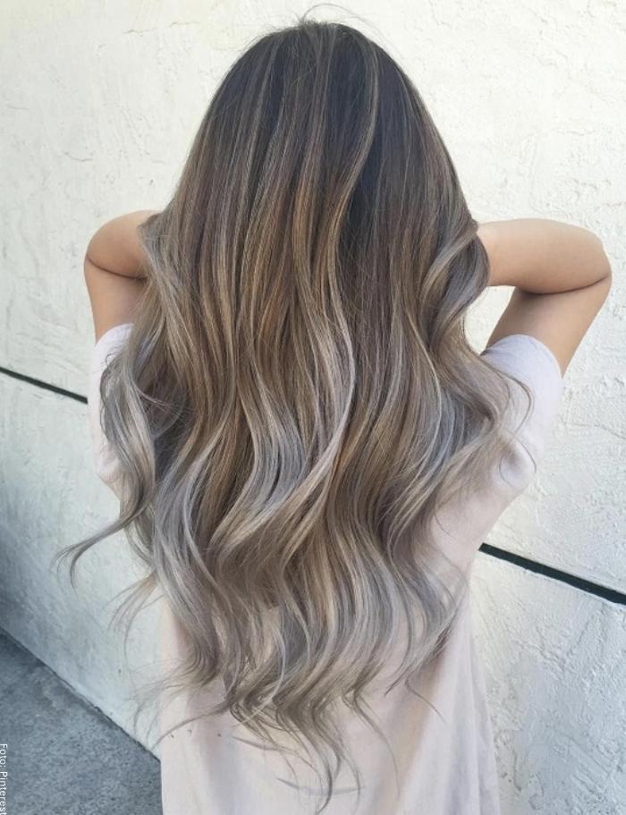 Foto de una mujer con cabello cenizo dando la espalda
