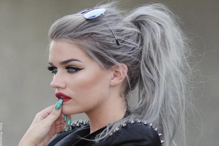 Foto de una mujer con el pelo plateado recogido